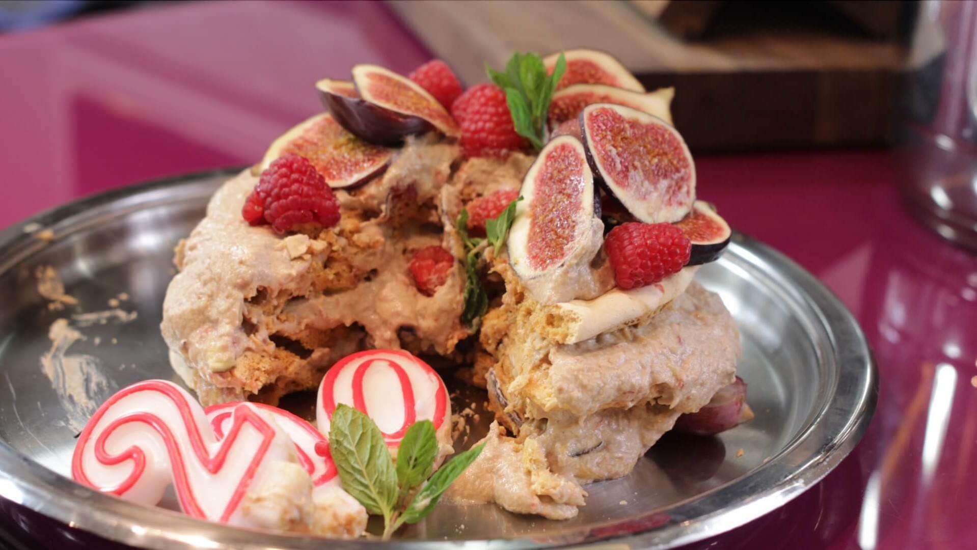 Karmelowy tort bezowy z figami bezglutenowa kuchnia wegańska Atelier Smaku
