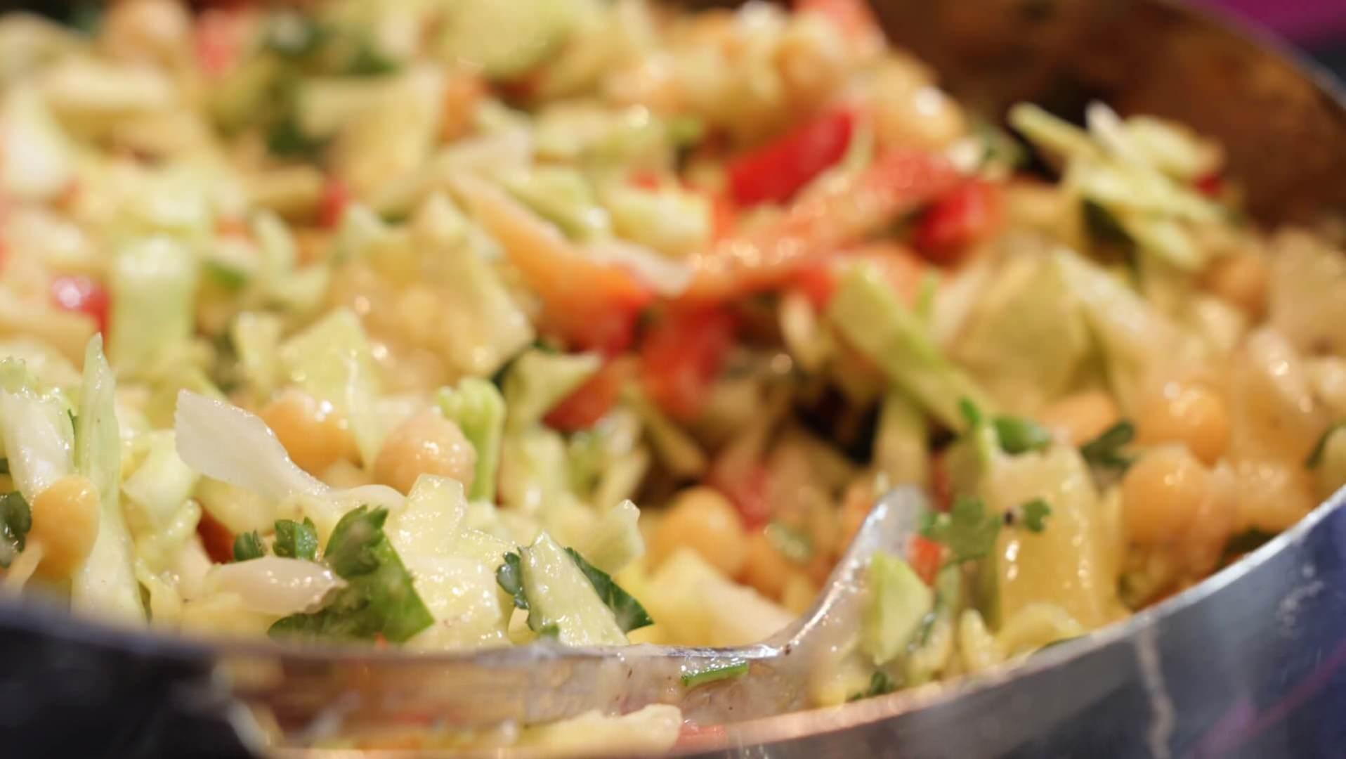 Jesienna sałatka z kapustą i ciecierzycą bezglutenowa kuchnia wegańska Atelier Smaku