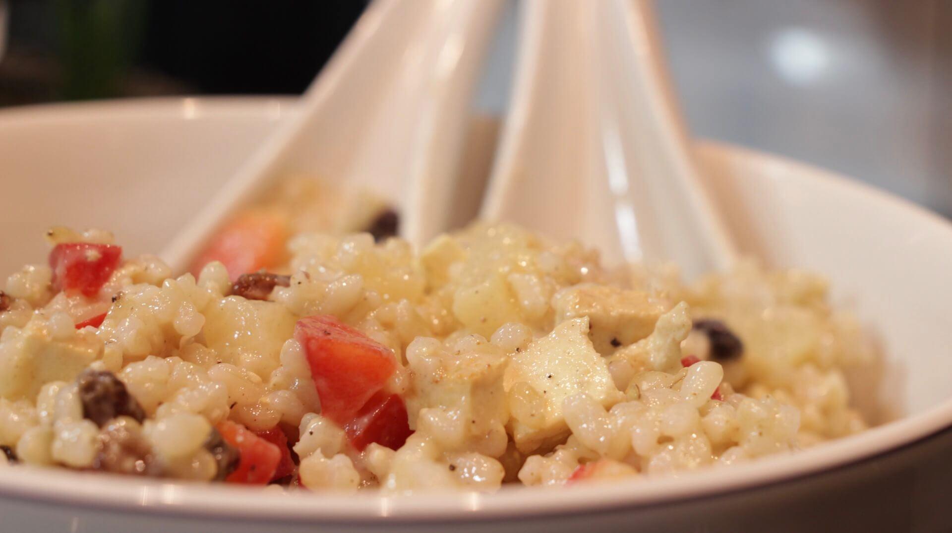 Sałatka ryżowa z ananasem i wędzonym tofu bezglutenowa kuchnia wegańska Atelier Smaku