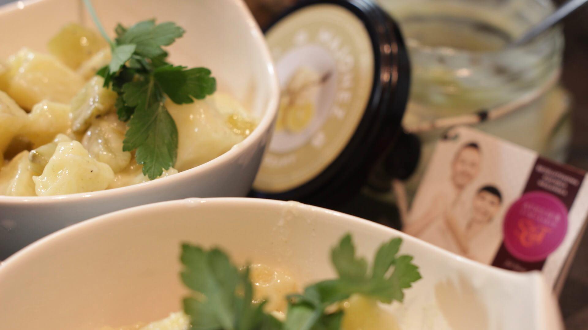 Sałatka ziemniaczana z kiszonym ogórkiem bezglutenowa kuchnia wegańska Atelier Smaku