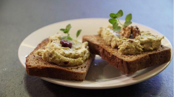Serek kanapkowy z orzechami i żurawiną bezglutenowa kuchnia wegańska Atelier Smaku