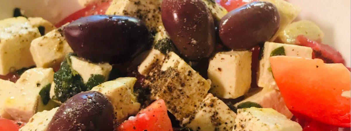 Sałatka grecka z fetą bezglutenowa kuchnia wegańska Atelier Smaku