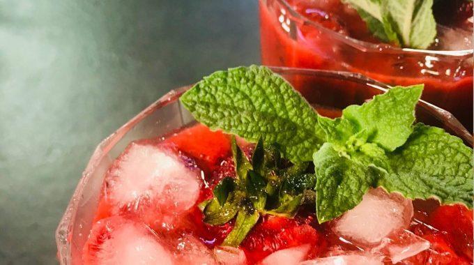 Owocowe smoothie z dzikimi ziołami bezglutenowa kuchnia wegańska Atelier Smaku