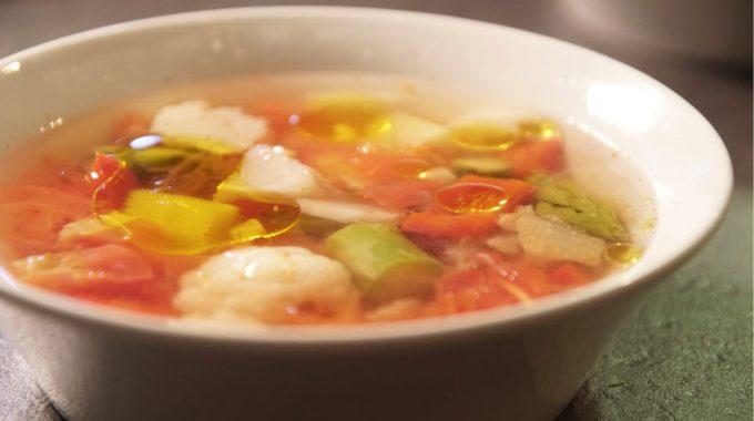 Sezonowa zupa ze świeżymi pomidorami bezglutenowa kuchnia wegańska Atelier Smaku
