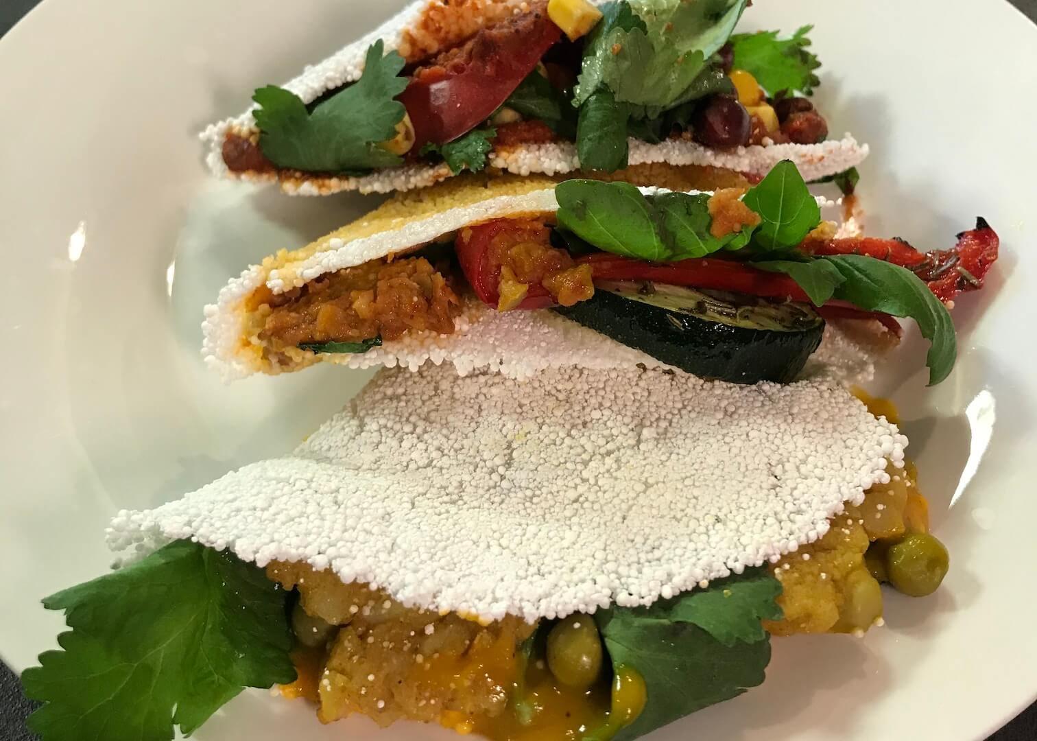 Wrapy z nawadnianej tapioki bezglutenowa kuchnia wegańska Atelier Smaku