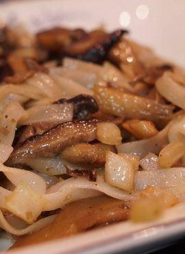 Makaron ryżowy z grzybami shiitake i boczniakami bezglutenowa kuchnia wegańska Atelier Smaku
